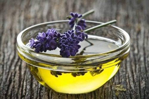 Azeite de oliva e lavanda para reduzir os joanetes