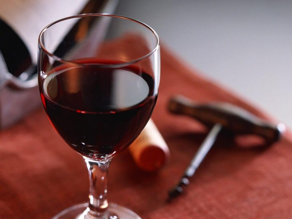 Azeite de oliva e vinho tinto servem para limpar seus móveis de madeira