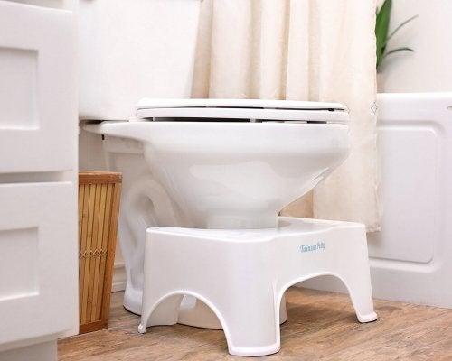 Banquinho no vaso sanitário: maneira correta de evacuar