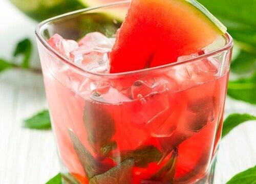 Evite beber água fria para combater gases