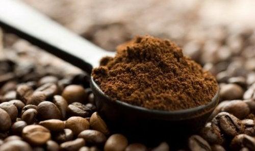 Café moído para atenuar estrias