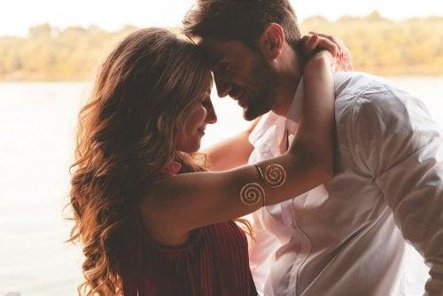 Casal apaixonado se abraçando