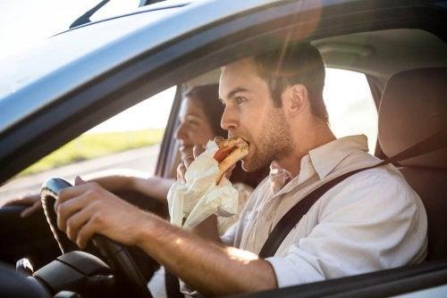 Não coma refeições pesadas para não adormecer dirigindo