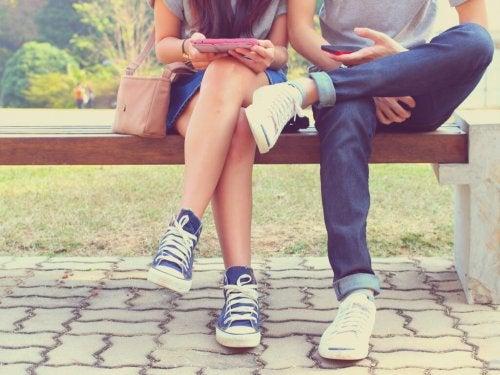 Casal conversando com outros parceiros