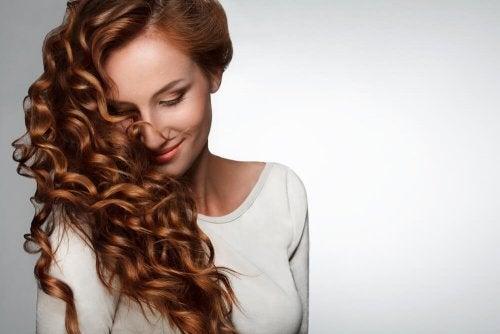 Mulher sem problemas de cabelo