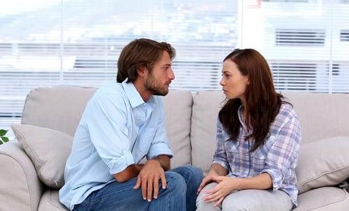 Casal conversando sobre ter um relacionamento aberto