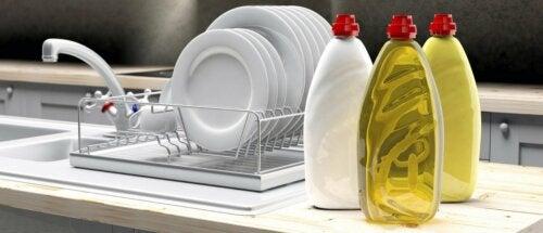 Com detergente líquido para lavar louça