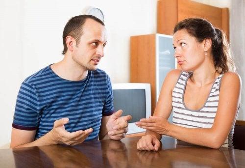 Casal decidindo acabar com o relacionamento