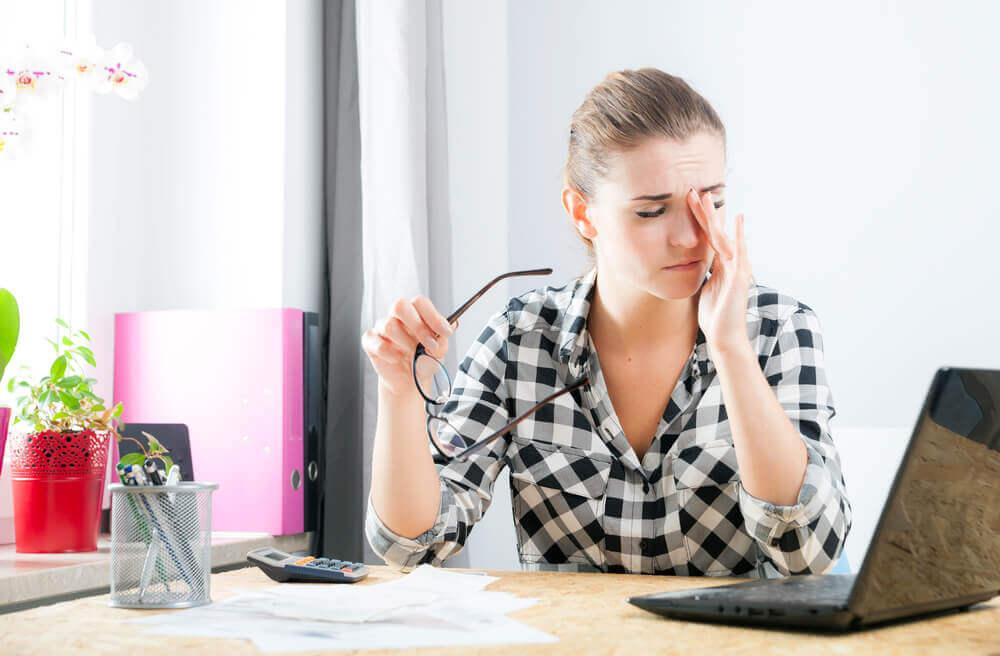 Mulher estressada no computador