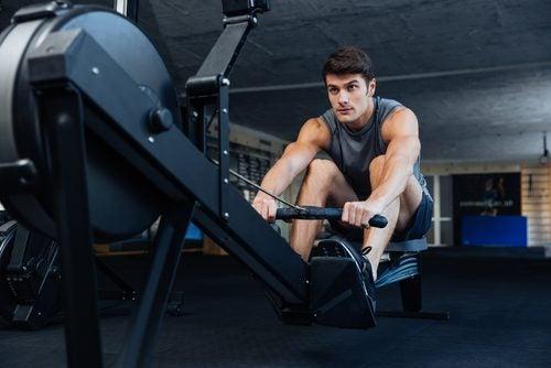 Homem praticando exercício que não hipertrofia os músculos