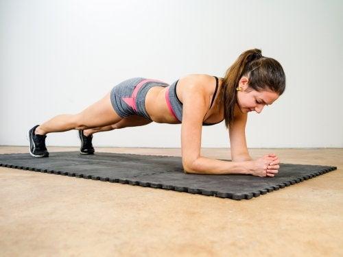 Moça praticando exercício para aliviar a dor nas costas