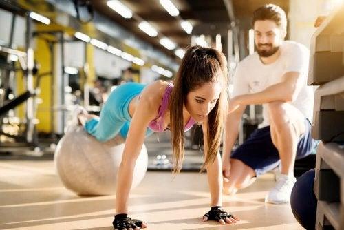 Mulher fazendo exercícios com bola