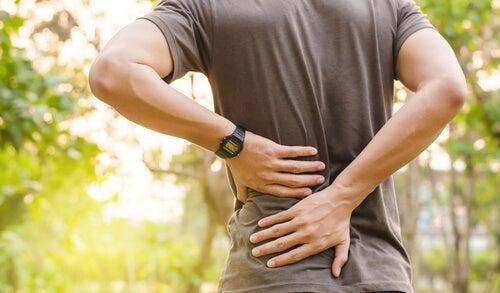 Homem com as costas doendo