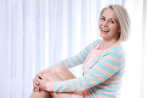 Mulher feliz e saudável durante a menopausa