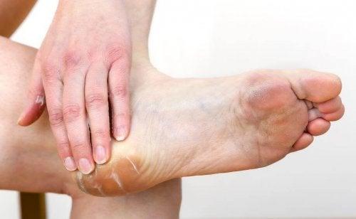 Aplicar creme hidratante nos pés ajuda a aguentar o salto