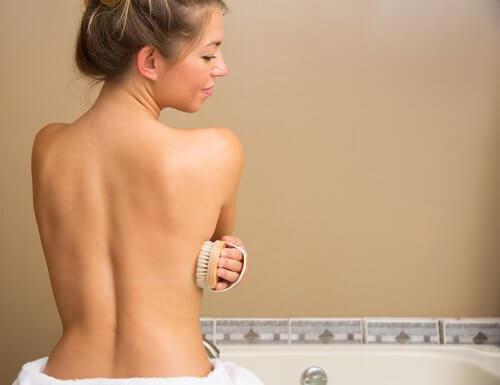 Mulher fazendo esfoliação a seco