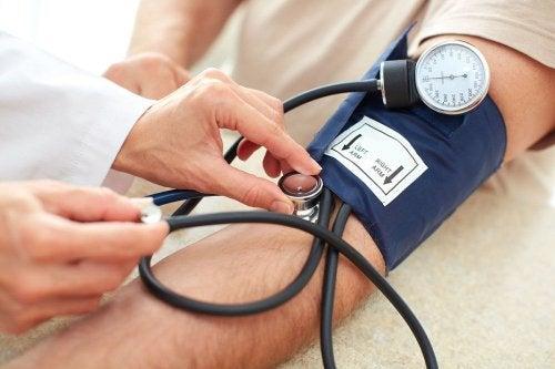 Pessoa medindo a pressão