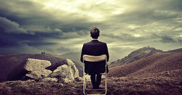 Homem esperando, sentado numa cadeira