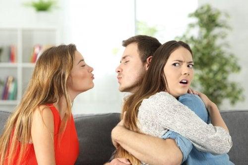 Homem e mulher sendo infieis