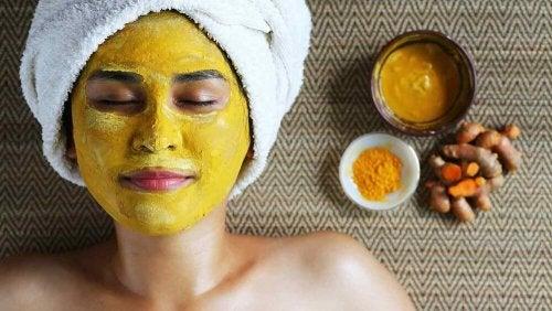 Máscara de açafrão e iogurte natural contra pelos no rosto
