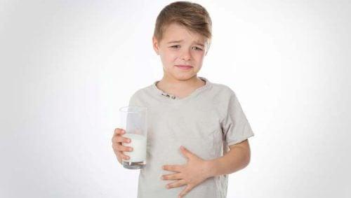 Menino com intolerância à lactose e gastroenterite