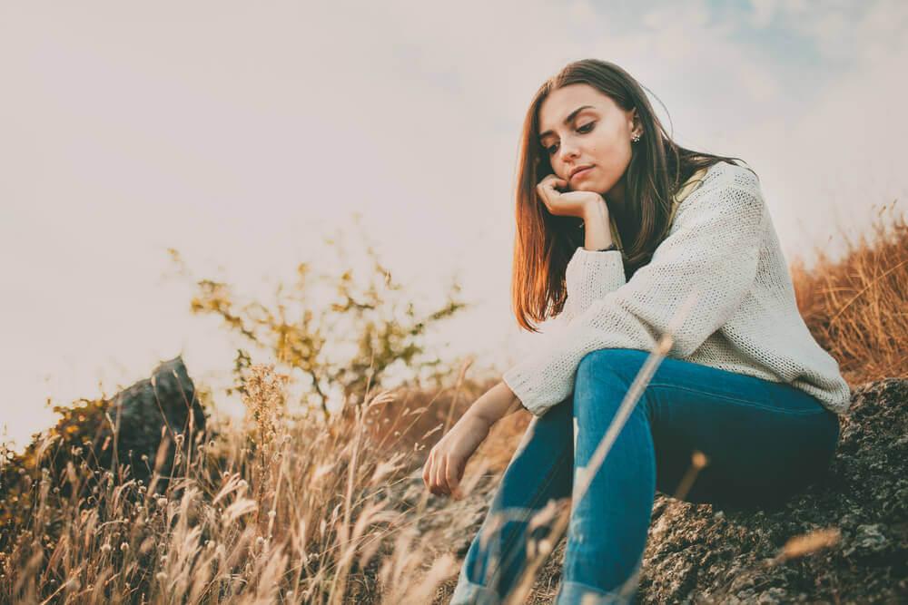 Mulher pensativa, ansiosa