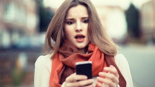 Mulher estressada olhando o celular