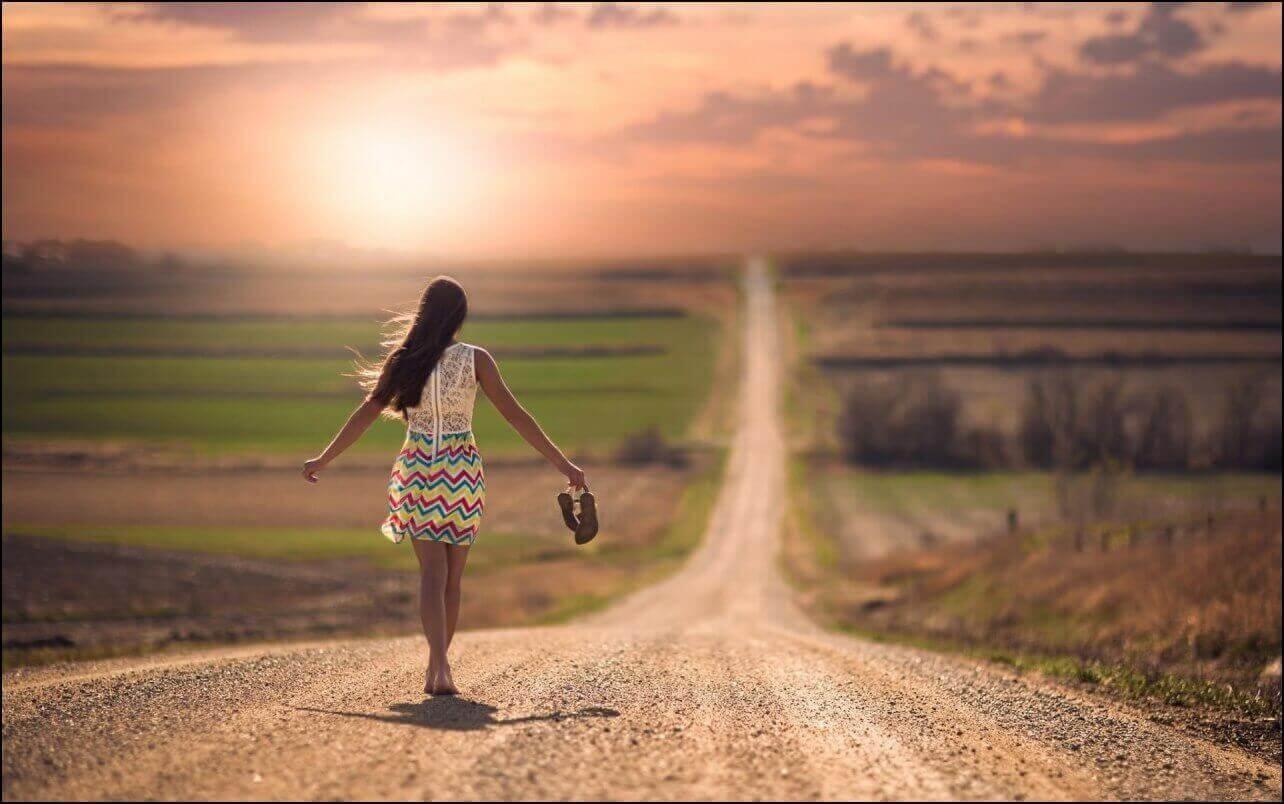Mulher caminhando por estrada
