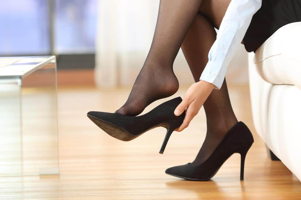 Mulher usando meia-calça e sapato alto