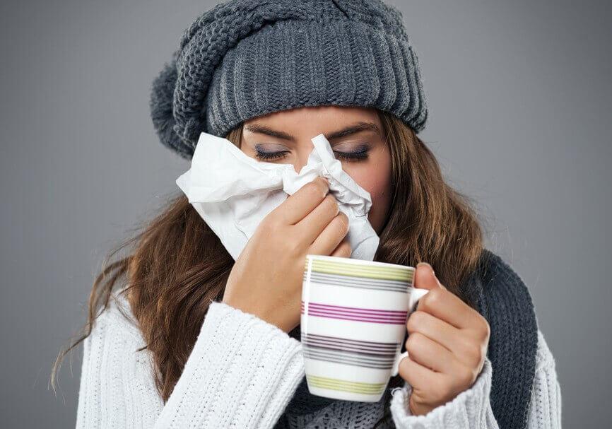 Mulher com gripe, resfriada