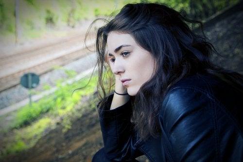 Mulher com depressão olhando pela janela