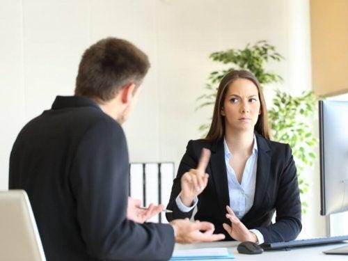 Mulher no escritório dizendo não a um homem