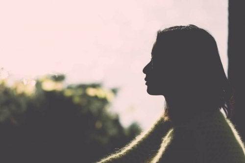 Mulher refletindo sobre sua vida