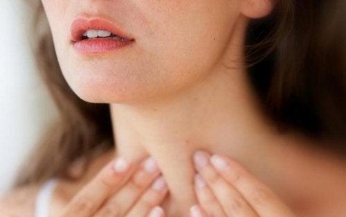 Mulher verificando a saúde da tireoide