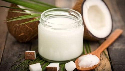 Óleo de coco é um remédio natural para tratar a sudoração excessiva