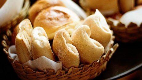 Deve evitar no café da manhã incluir padaria industrial