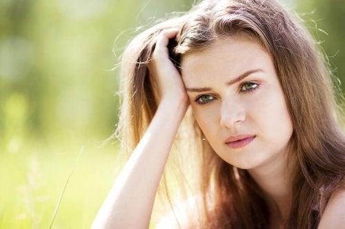 Mulher preocupada mantendo pensamentos negativos