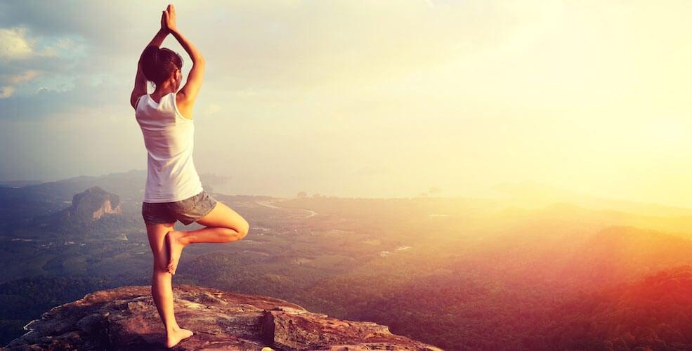 Mulher fazendo ioga em montanha