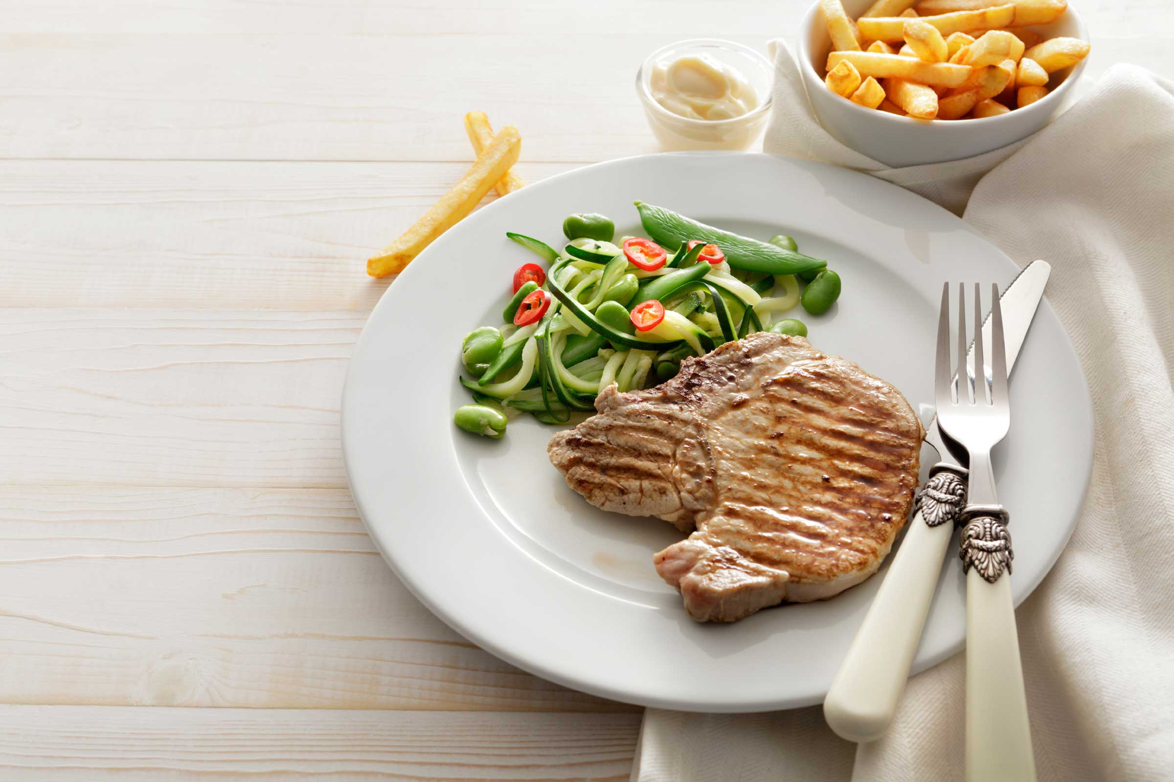 Carne com salada e batata frita