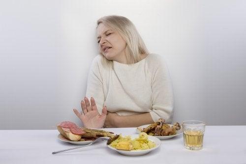 Mulher com gastroenterite que não quer comer
