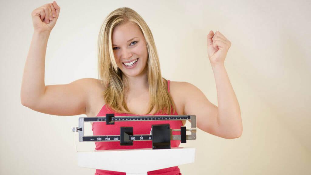 Mulher feliz com perda de peso