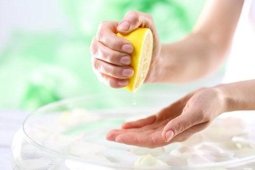 6 remédios naturais para clarear as mãos