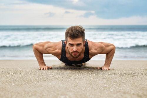 Homem praticando exercício que hipertrofia os músculos