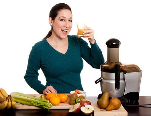 Mulher bebendo sucos de vegetais