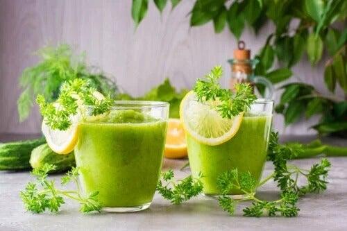 Como preparar um smoothie de abacaxi e aipo para perder peso