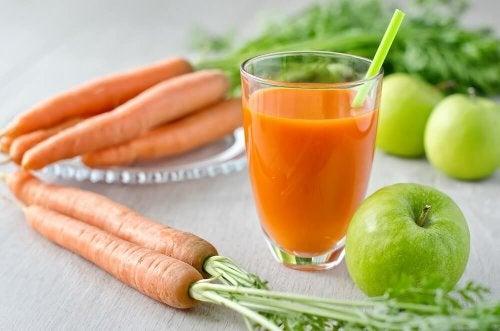 Suco de maçã, cenoura e laranja