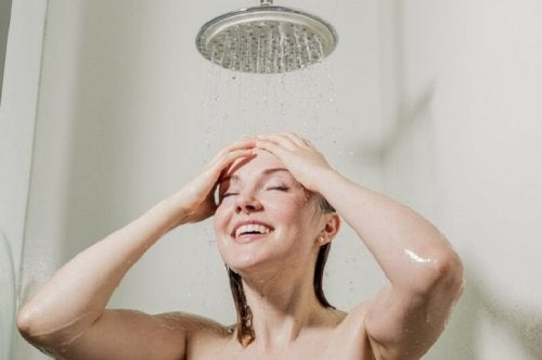 Tomar banho de água fria ajuda a aliviar queimadura de sol