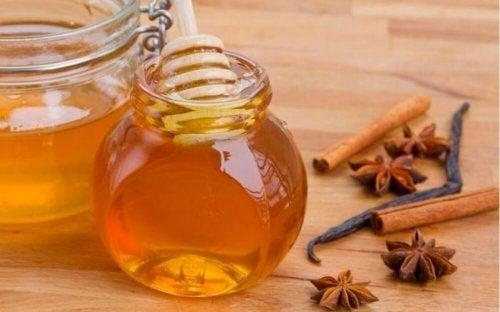 Tratamento de canela, mel e vinagre para clarear o cabelo
