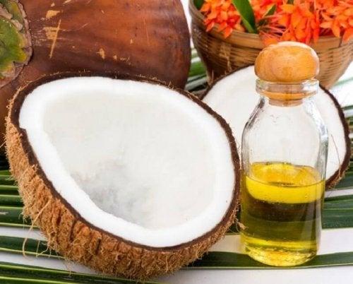 Tratamento de vitamina C e óleo de coco para clarear o cabelo