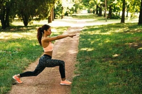 Mulher controlando o estresse com exercícios